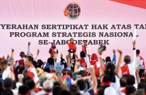 Presiden Jokowi saat Penyerahan Sertifikat Hak Atas Tanah Program Srategi Nasional Se-Jabodetabek, di Lapangan Park and Ride, Jl. M.H. Thamrin, Jakarta, Minggu (20/8). (Foto: Humas/Jay)