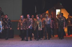 "Presiden Jokowi memasuki Plenary Hall, JCC, Jakarta, untuk  menghadiri Economic Talkshow ""Ekonomi Baru di Era Digital"" sekaligus pembukaan Indonesia Business & Development Expo, Rabu (20/9) pagi. (Foto: JAY/Humas)"