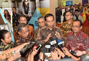 Presiden Jokowi menjawab wartawan usai meninjau Indonesia Business & Development Expo, Plenary Hall, Jakarta Convention Center (JCC), Senayan, Jakarta Pusat, Rabu (20/9) siang. (Foto: JAY/Humas)