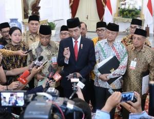 Presiden Jokowi didampingi pimpinan Ormas Islam menyampaikan keterangan pers, di Istana Merdeka, Jakarta, Rabu (6/9) siang. (Foto: BPMI Setpres)