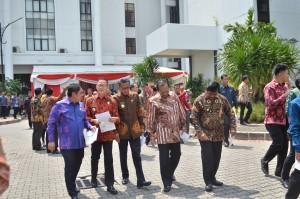 Para Kepala Daerah berjalan menuju tempat pelaksanaan Rapat Kerja Pemerintah di Istana Negara, Jakarta, Selasa (24/10). (Foto: Humas/Deni)