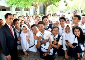 Presiden Jokowi saat menyerahkan KIP di Semarang, Senin (9/10). (Foto: BPMI)