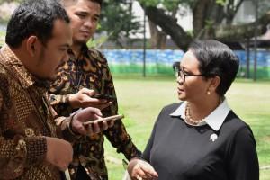 Menlu Retno menjelaskan hasil pertemuan Presiden Jokowi dengan delegasi Asosiasi Jepang-Indonesia, di Istana Merdeka, Jakarta, Jumat (27/10). (Foto: Humas/Oji)