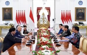 Presiden Jokowi didampingi Wakil Presiden Jusuf Kalla menerima delegasi OCA yang dipimpin Sheikh Ahmad Al Fahad Al Sabah, di Istana Merdeka, Jakarta, Senin (16/10) pagi. (Foto: JAY/Humas)