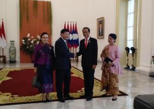 Presiden Jokowi dan Ibu Negara menyambut PM Laos beserta Istri di Istana Kepresidenan Bogor, Jawa Barat, Kamis (12/10). (Foto: Humas/Agung)