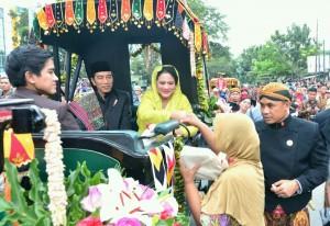 Presiden Jokowi dan Ibu Negara Iriana dalam acara 'Ngunduh Mantu' di Medan, Sumatra Utara, Minggu (26/11). (Foto: BPMI)