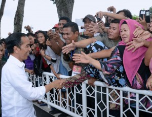 Presiden saat akan serahkan 7.000 sertifikat tanah bagi masyarakat Sumatra Utara yang digelar di Lapangan Adam Malik, Kota Pematang Siantar, Senin (27/11). (Foto: BPMI)