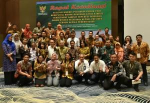 Seluruh peserta rakor Kedeputian Dukungan Kerja Kabinet berfoto bersama di Hotel Royal Tulip, Bogor, Jawa Barat, Senin (20/11). (Foto: Humas/Rahmat)