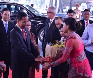 Presiden Jokowi dan Ibu Negara Iriana disambut saat tiba di Furama Resort, Vietnam, Jumat (10/11) pukul 14.30 waktu setempat. (Foto: Humas/Nia)