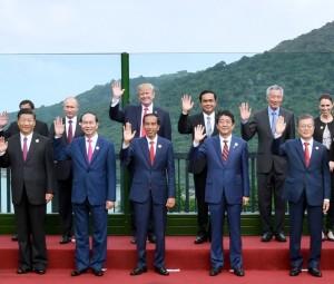 Presiden Jokowi bersama seluruh pemimpin APEC berfoto bersama sebelum pertemuan di Da Nang, Vietnam (11/11). (Foto: BPMI)