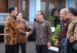 Presiden Jokowi sebelum berangkat ke Malaysia di Pangkalan TNI AU Halim Perdanakusuma, Jakarta, Rabu (22/11). (Foto: BPMI)