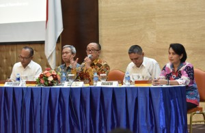 Deputi Seskab bidang Administrasi, Farid Utomo, memberikan sambutan pada entry meeting Evaluasi SAKIP dan RB Setkab, di Gedung III Kementerian Sekretariat Negara, Senin (6/11) pagi. (Foto: JAY/Humas)