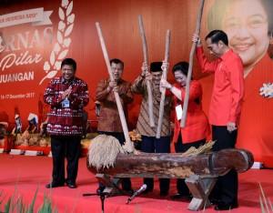 Presiden Jokowi dan Wapres Jusuf Kalla saat menghadiri Rakornas Tiga Pilar PDI-Perjuangan, Sabtu (16/12), di Indonesia Convention Exhibition (ICE) BSD, Tangerang. (Foto: BPMI)