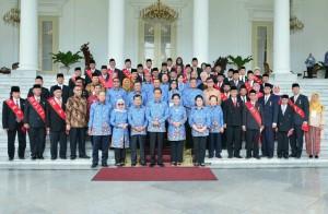 Presiden Jokowi berfoto bersama usai acara Anugerah Tanda Kehormatan Satyalancana Kebaktian Sosial, Minggu (17/12), di Istana Kepresidenan Bogor, Jawa Barat. (Foto: BPMI)
