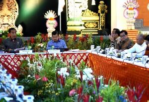 Presiden Jokowi saat memberikan pengantar pada Rapat Terbatas yang diselenggarakan di Bali, Jumat (22/12) malam mulai pukul 19.30 WITA. (Foto: Humas/Rahmat)