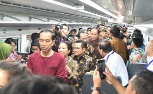 Presiden Jokowi naik Kereta Bandara di Stasiun Kerata Bandara, Cengkareng, Tangerang, Banten, Selasa (2/1) pagi. (Foto: JAY/Humas)