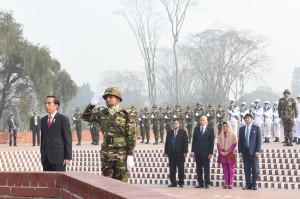 Presiden Jokowi didampingi Ibu Negara Iriana, Minggu (28/1) pagi mengunjungi Bangladesh National Martyrs' Memorial Savar. (Foto: Humas/Nia)