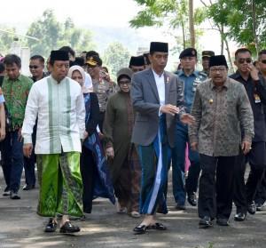Presiden Jokowi didampingi Gubernur Jawa Timur Soekarwo saat kunjungan kerja ke Situbondo, Sabtu (3/2). (Foto: BPMI)