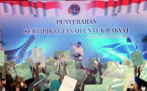 Presiden Jokowi menyerahkan 3.850 sertifikat tanah untuk rakyat, di Kabupaten Takalar, Sulsesl, Kamis (15/2) siang. (Foto: Rahmat Humas)