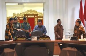 Suasana persiapan menjelang rapat terbatas tentang Stunting, di Kantor Presiden, Jakarta, Kamis (5/4) siang. (Foto: JAY/Humas)