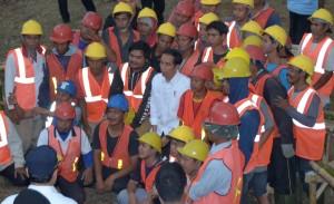 Presiden berfoto bersama para pekerja proyek padat karya di Cirebon, Sabtu (7/4). (Foto: Humas/Jay).