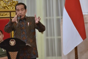 Presiden Jokowi saat memberikan arahan pada Sidang Kabinet Paripurna tentang Ketersediaan Anggaran dan Pagu Indikatif Tahun 2018, serta Prioritas Nasional Tahun 2019, di Istana Negara, Jakarta, Senin (9/4). (Foto: Humas/Rahmat).