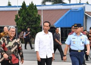 Presiden tiba di Bandung, Selasa (17/4), disambut Gubernur Jawa Barat. (Foto: BPMI)