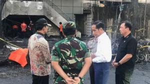 Presiden Jokowi meninjau salah satu gereja yang jadi lokasi ledakan aksi terorisme di Surabaya, Minggu (13/5). (Foto: IST)