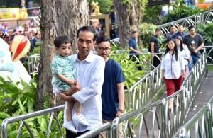 Presiden Jokowi sambil menggendong cucu 'ngabuburit' di Dunia Fantasi (Dufan), Taman Impian Jaya Ancol, Jakarta, Sabtu (2/6). (Foto: BPMI)