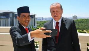 Presiden Jokowi dan Presiden Erdogan saat membuat vlog di Masjid Istiqlal, Jakarta, beberapa waktu lalu. (Foto: IST)