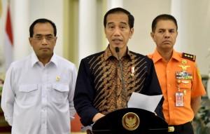Presiden Jokowi menyampaikan Keterangan Pers Terkait Musibah KM Sinar Bangun, Rabu (20/6), di Istana Kepresidenan Bogor, Jawa Barat. (Foto: BPMI/Rusman)