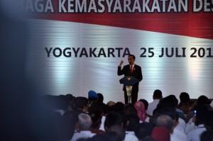 Presiden saat memberikan sambutan dalam acara Peningkatan Kapasitas Pemerintahan Desa dan Lembaga Kemasyarakatan Desa Tahun 2018, di Graha Pradipta Jogja Expo Center (JEC), Yogyakarta, Rabu (25/7). (Foto: Humas/Fitri).