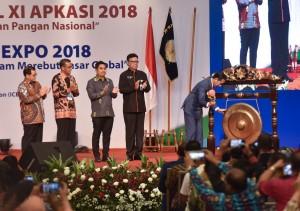 Presiden Jokowi memukul gong tanda pembukaan Rakernas XI APKASI 2018, di ICE Serpong, Tangsel, Banten, Jumat (6/7) pagi. (Foto: Agung/Humas)