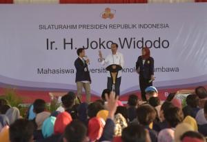 Presiden Jokowi saat bertemu civitas akademika Universitas Teknologi Sumbawa, Sumbawa, Nusa Tenggara Barat (NTB), Senin (30/7). (Foto: Humas/Nia)
