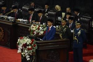 Presiden Jokowi menyampaikan pidato pada Sidang Tahunan MPR-RI Tahun 2018, di Gedung Nusantara, Jakarta, Kamis (16/8) pagi. (Foto: OJI/Humas)