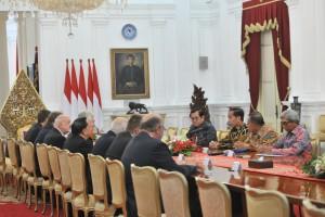 President Jokowi Accompanied by several ministers accepting Czech Republic Senate Delegates, at Merdeka Palace, Jakarta, Monday (9/17). (Photo: JAY/Cabinet Secretariat Public Relations)