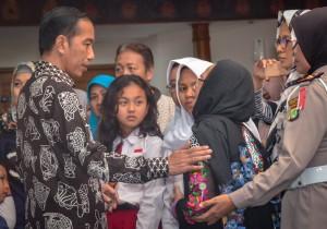 Presiden Jokowi menguatkan hati keluarga korban saat meninjau Posko Crisis Center, di Terminal I Bandara Soetta, Tangerang, Banten, Senin (29/10) malam. (Foto: AGUNG/Humas)