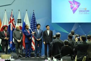 Presiden Jokowi saat berbincang dalam forum EAS di Suntec Convention Centre, Singapura, Kamis (15/11). (Foto: BPMI)