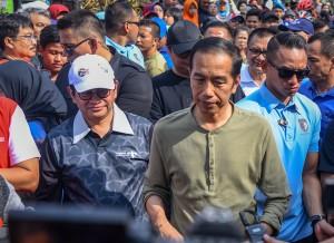 Presiden menjawab pertanyaan wartawan usai mengikuti acara Car Free Day (CFD) di Dago, Bandung, Minggu (11/11). (Foto: Humas/Agung)