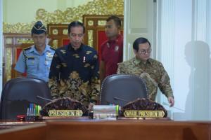 Presiden Jokowi didampingi Seskab Pramono Anung memasuki ruang rapat terbatas, di Kantor Presiden, Jakarta, Rabu (7/11) siang. (Foto: JAY/Humas)