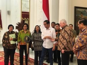 Presiden Jokowi didampingi sejumlah menteri dan CEO Freeport mengumumkan tuntasnya divestasi PT Freeport Indonesia, di Istana Merdeka, Jakarta, Jumat (21/12) sore. (Foto: IST)