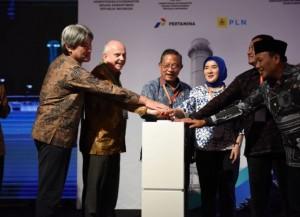 Menko Perekonomian Darmin Nasution didampingi Dirut Pertamina dan pejabat lainnya menekan tombol tanda dimulainya pembangunan PLTGU Jawa-1, di Karawang, Jabar, Rabu (19/12) pagi. (Foto: Ekon)