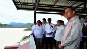 Wapres Jusuf Kalla didampingi Menteri PUPR dan Kepala BNPB meninjau Bendungan Bili-Bili di Kabupaten Gowa, Sulsel, Minggu (27/1). (Foto: Setwapres RI/ES)