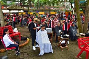 Ibu Negara Iriana mendampingi Presiden Jokowi mengikuti cukur massal, di Situ Begendit Kab. Garut, Prov. Jabar, Sabtu (19/1) pagi. (Foto: Deny S/Humas)