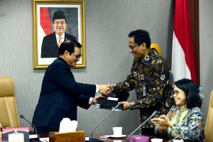 Seskab Pramono Anung menyerahkan DIPA 2019 kepada Deputi Seskab bidang DKK Yuli Harsono, di ruang rapat lantai II Gedung III Kemensetneg, Jakarta, Rabu (9/1) siang. (Foto: AGUNG/Humas)