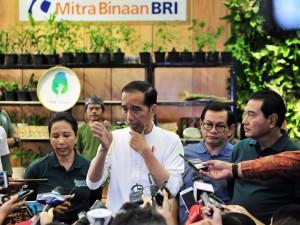 Presiden Jokowi didampingi Seskab dan Menteri BUMN menjawab wartawan usai membuka Green Festival 2019, di JCC Jakarta, Kamis (31/1) siang. (Foto: JAY/Humas)