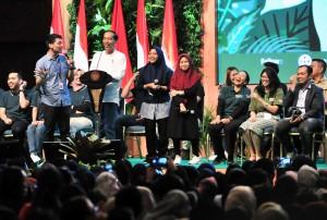 Presiden Jokowi berbicara dengan para milenial pada pembukaan Green Fest Tahun 2019, di JCC Jakarta, Kamis (31/1) siang. (Foto: JAY/Humas)