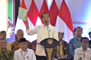 Presiden Jokowi menghadiri penyerahan 3.000 sertifipkat hak atas tanah, di Gedung Serbaguna Cendrawasih, Cengkareng, Jakarta Barat, Rabu (9/1) siang. (Foto: Deny S/Humas)