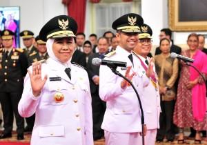 Gubernur Jatim Khofifah Indar Parawansa dan Wagub Emil E. Dardak dan Gubernur Jambi Fahrori Umar membalas salam undangan saat pelantikan di Istana Negara, Jakarta, Rabu (13/2) sore. (Foto: JAY/Humas)