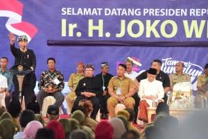 Presiden saat memberikan pengarahan kepada Kepala Desa dan Perangkat Desa se-Kabupaten Cianjur, di Alun-Alun Kabupaten Cianjur Jumat (8/2). (Foto: Humas/Rahmat)
